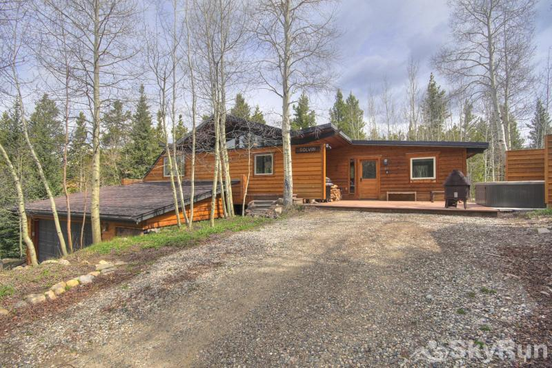 Elk Horn Cabin Large patio area with propane BBQ, private hot tub, and outdoor fire pit
