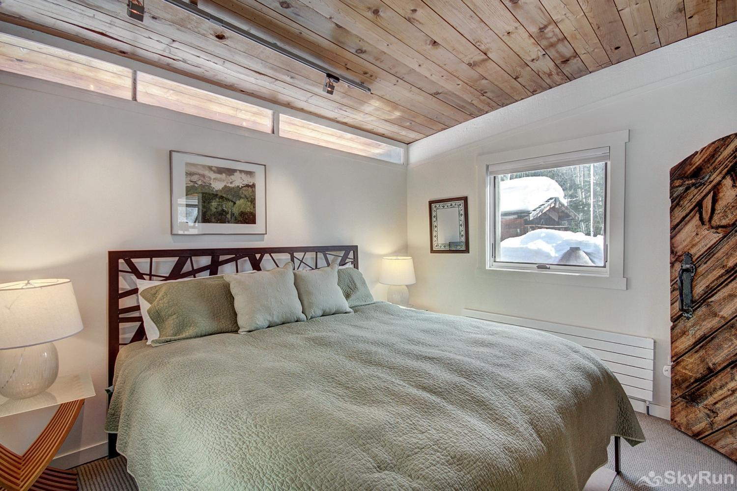 Elk Horn Cabin Main level bedroom with king size bed