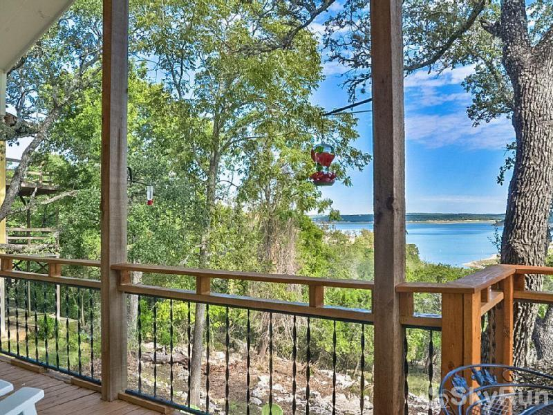 TEXAS ROSE LODGE Stunning Lake Views from Raised Deck
