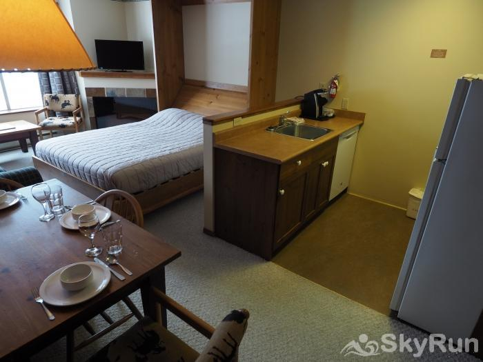 Apex Mountain Inn 1 BDRM Suite 203-204 Murphy bed/living room