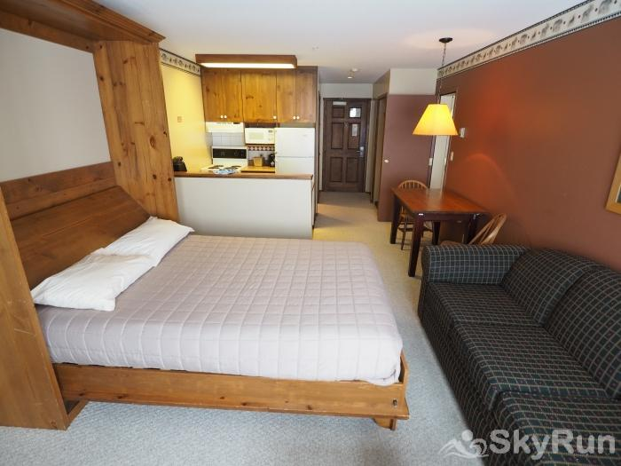 Apex Mountain Inn 1 BDRM Suite 225-226 Murphy bed/living room