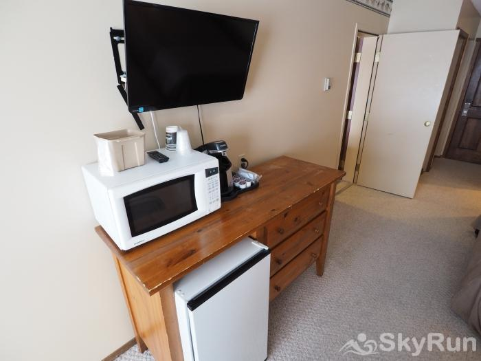Apex Mountain Inn 1 BDRM Suite 225-226 Bedroom TV Unit