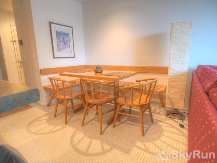 Sugarbush 1-bedroom Mountainside Dining area