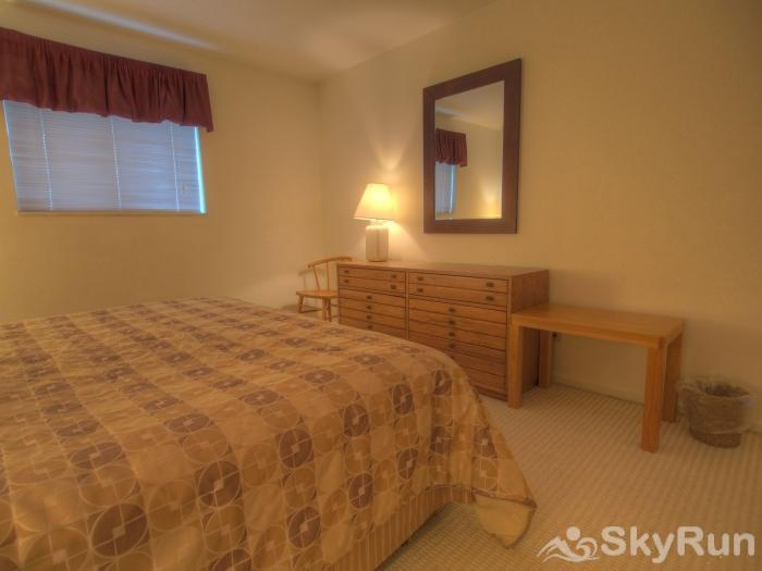 Sugarbush 1-bedroom Mountainside Room to spread out in this lovely master bedroom