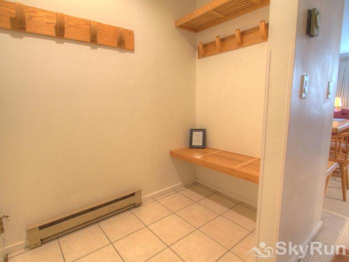 Sugarbush 1-bedroom Mountainside Entrance way for storing jackets and shoes