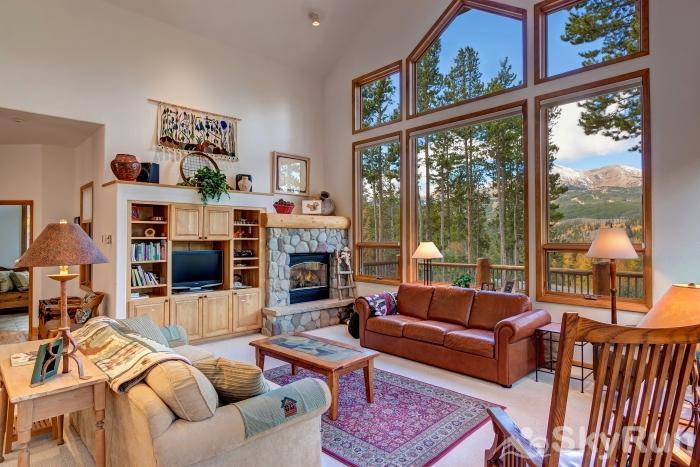 Ten Mile Lodge Relax and enjoy the gas fireplace in the spacious living room