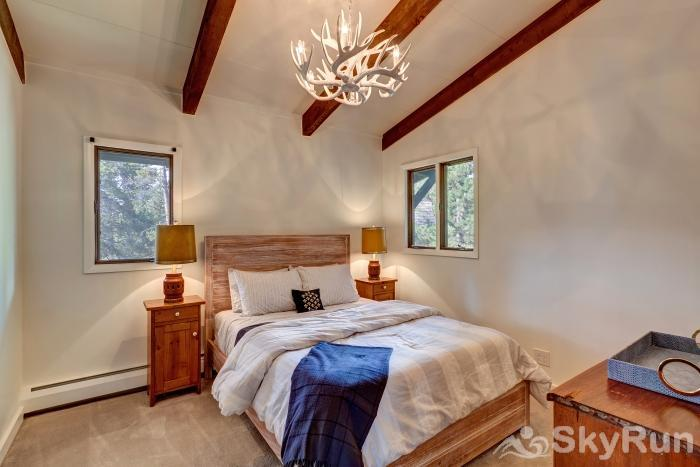 Mountain View Chalet Nicely appointed queen bedroom