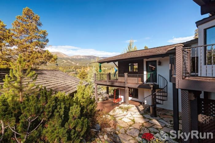 Mountain View Chalet Charming patrio courtyard with a 2nd lower level entrance