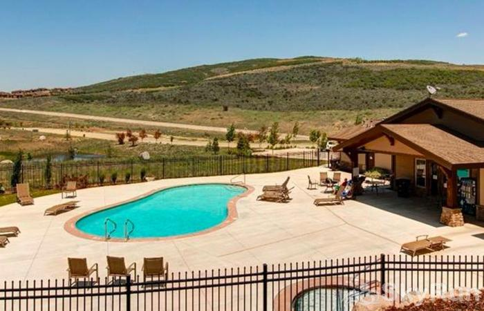Lovely 2 Bed 2 Bath Ski Townhome, Park City, Hot tub, 2 Car Garage Summer pool, and All Season  Hottub