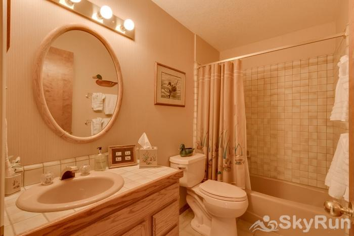 Homewood West Shore Classic - Lake Views Shared Full Bathroom 5 - Ground Level