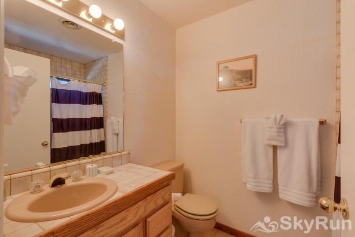 Homewood West Shore Classic - Lake Views Guest Bathroom 4