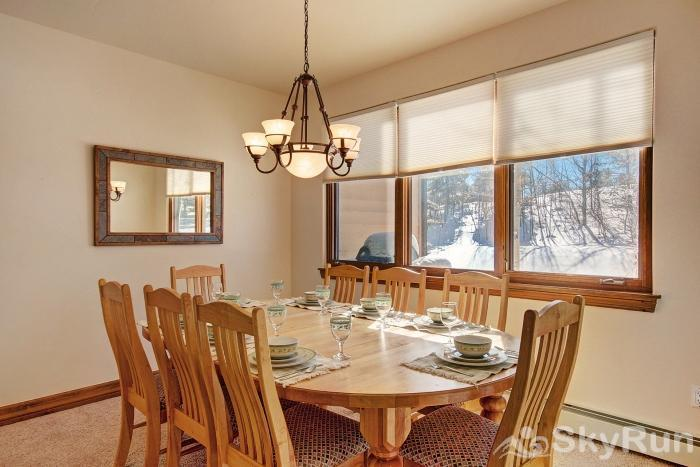 Highland Greens Pine Dining area with seating for 8