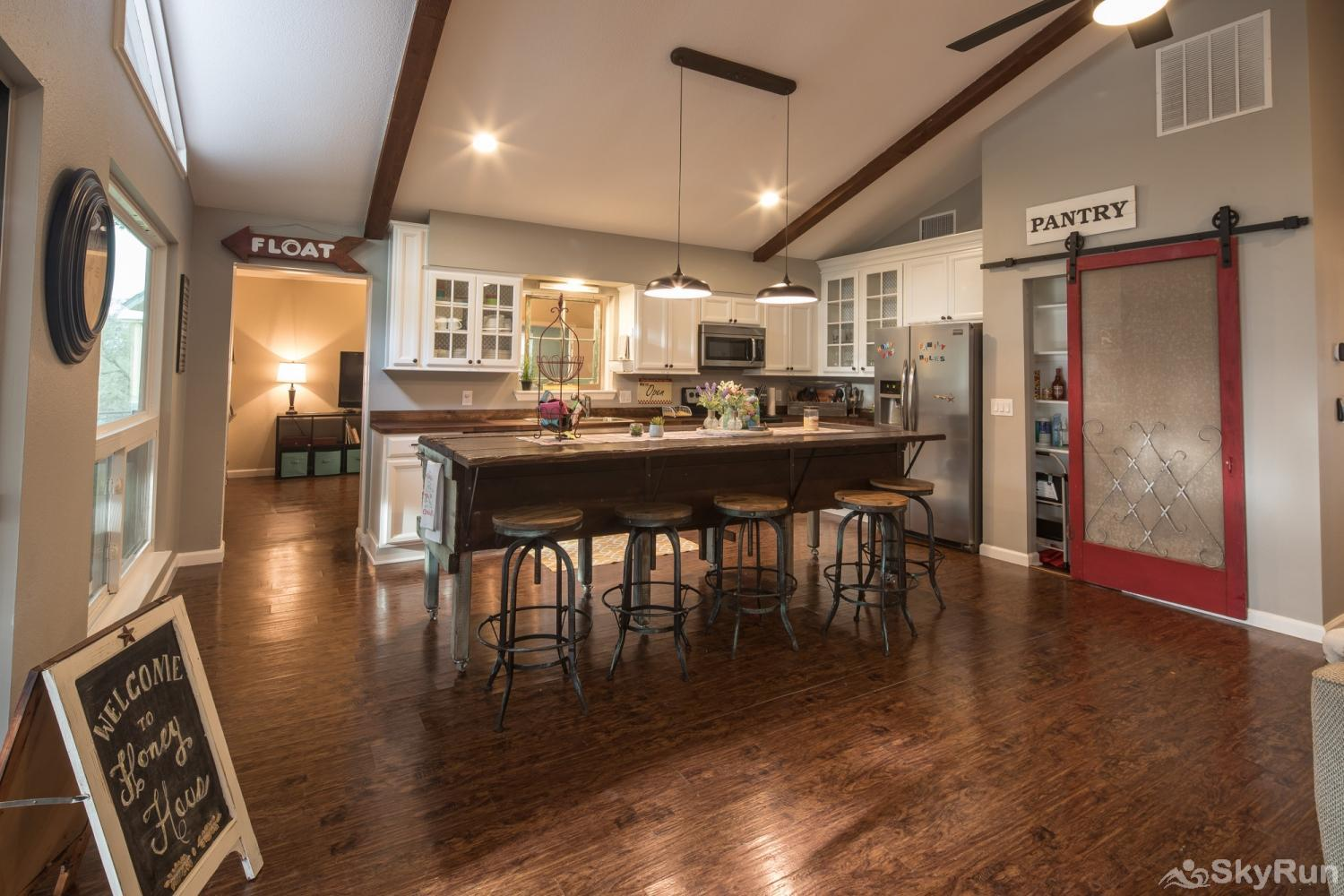 HONEY HAUS ON THE HORSESHOE Fully Equipped Kitchen with Bar Seating