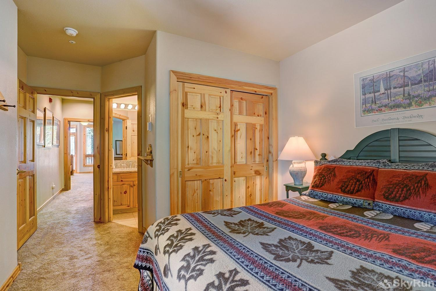 Elk Ridge 406 Cozy queen bedroom with ensuite bath