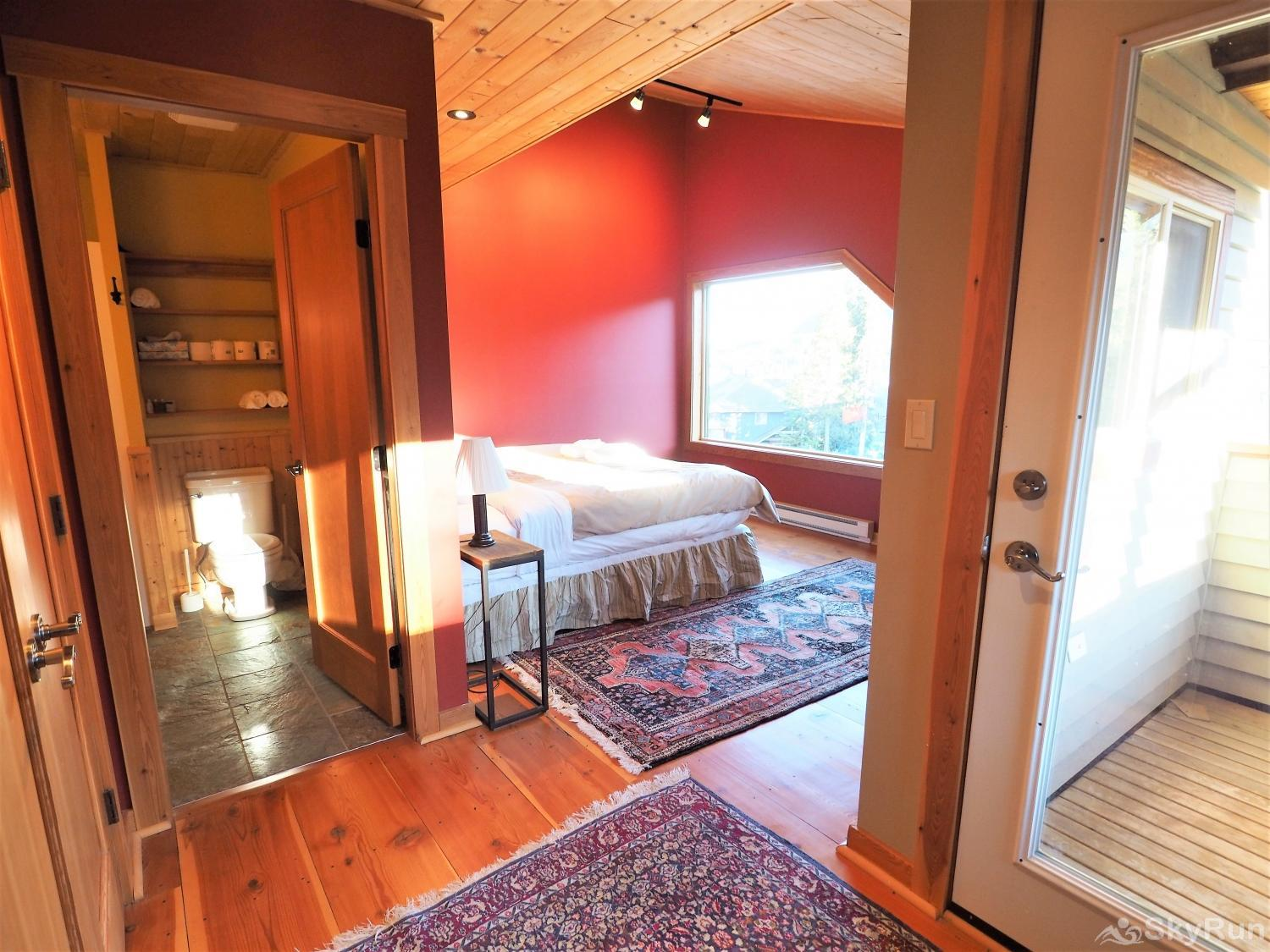 Round Roof Retreat The master bedroom - King bed, ensuite bathroom, views of the Apex Mountain