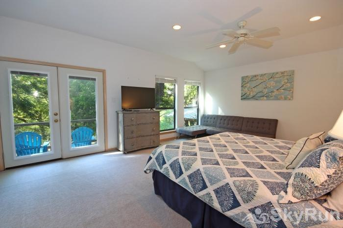 JACKS RIVER HAUS AND STUDIO APARTMENT COMBO Master Suite with King Bed and HDTV