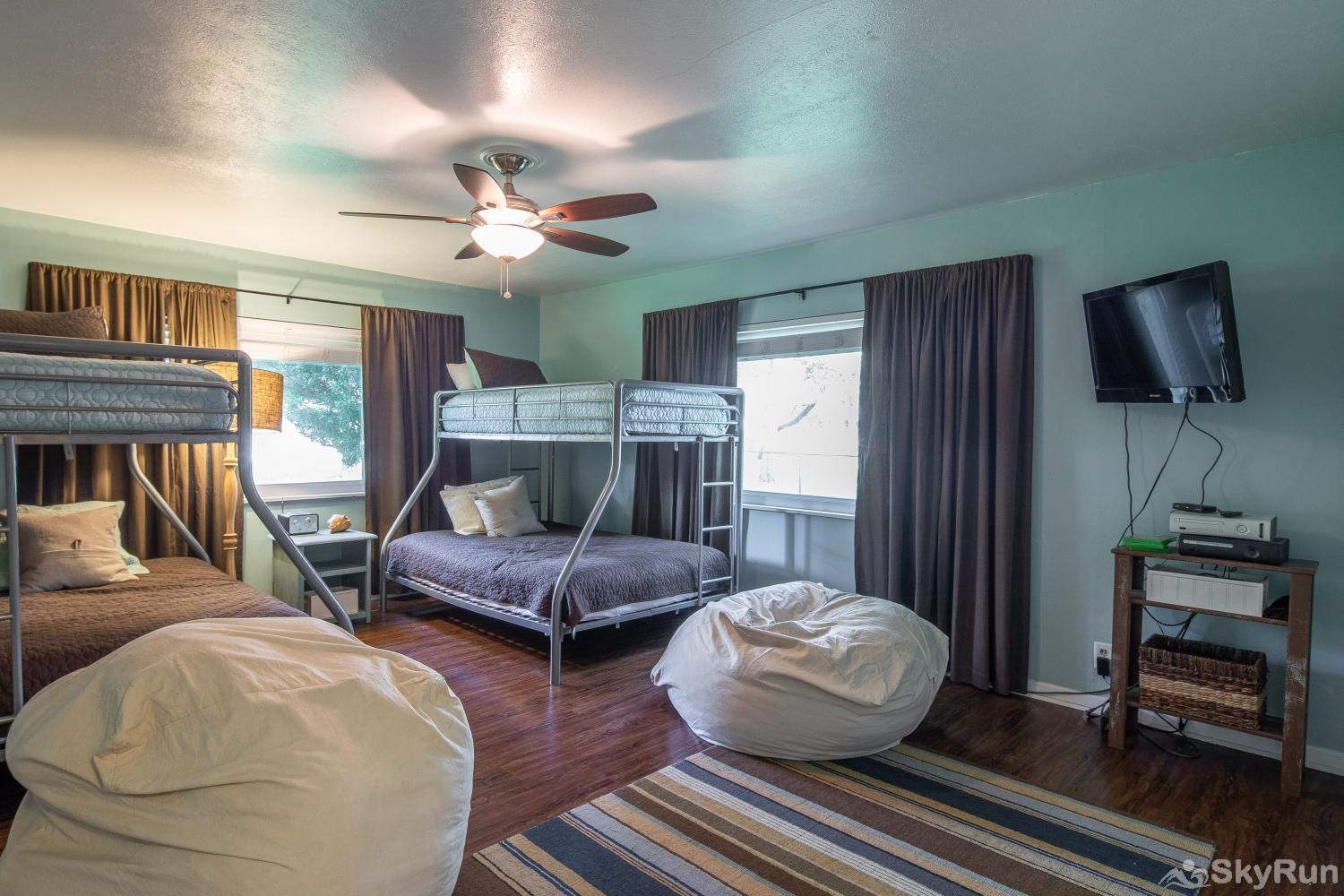 SUNSET RIVER HAUS Third Bedroom with Full/Twin Bunks